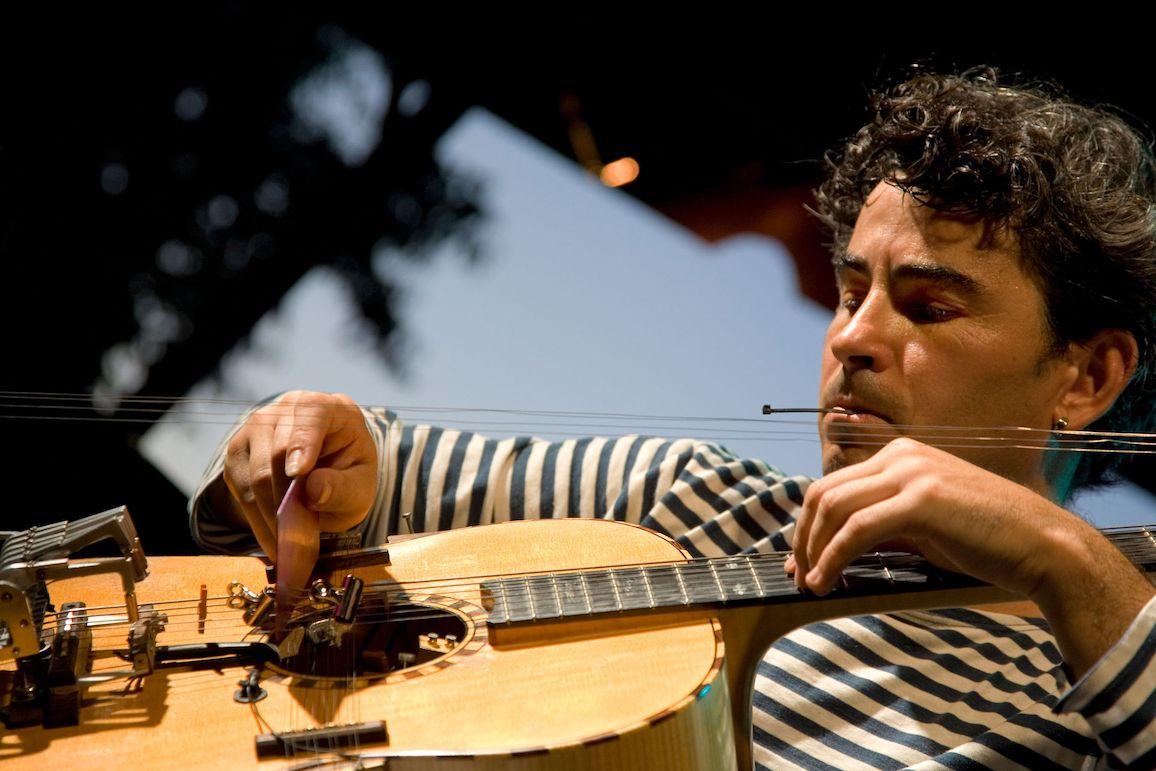 Kytarista Paolo Angeli se svým upraveným nástrojem