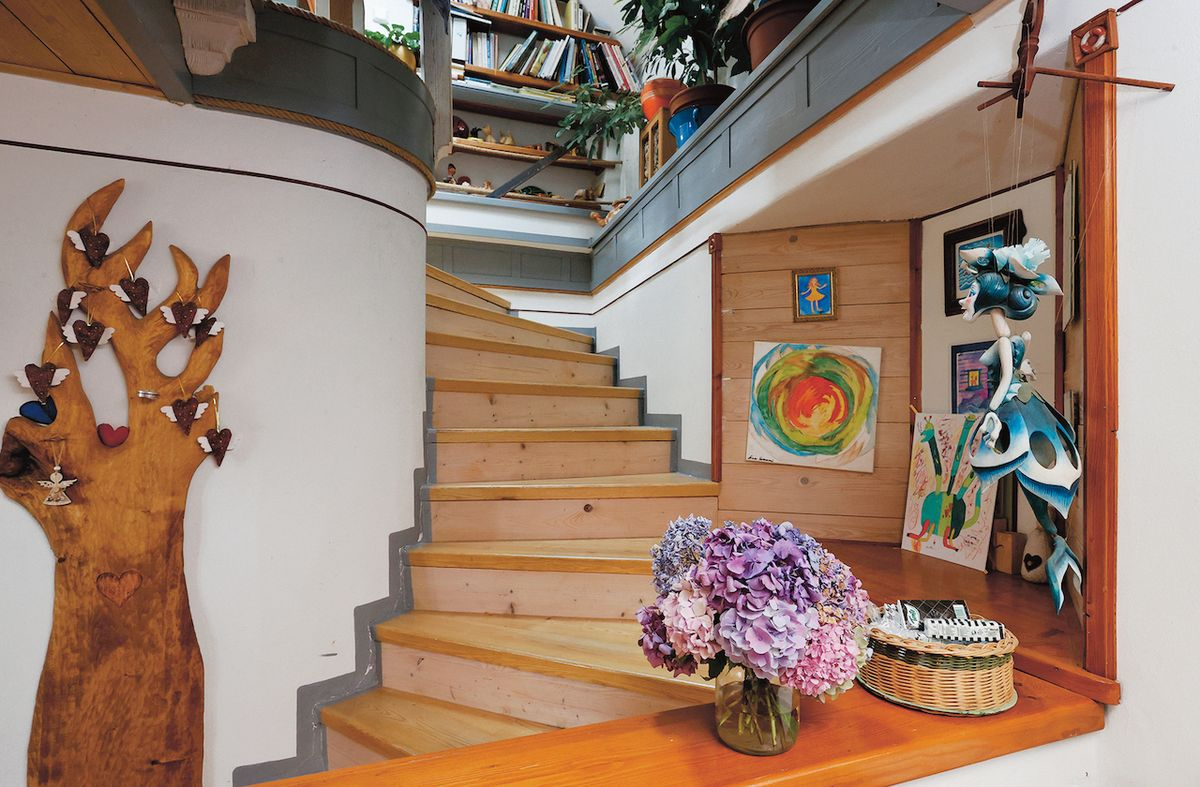 Dřevo prostupuje celým domem a ozvláštňuje interiér mnohými nápaditými detaily.