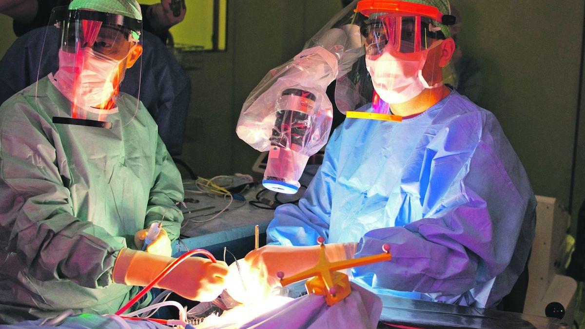 Unikátní exoskop umožňuje operovat covid pacienty