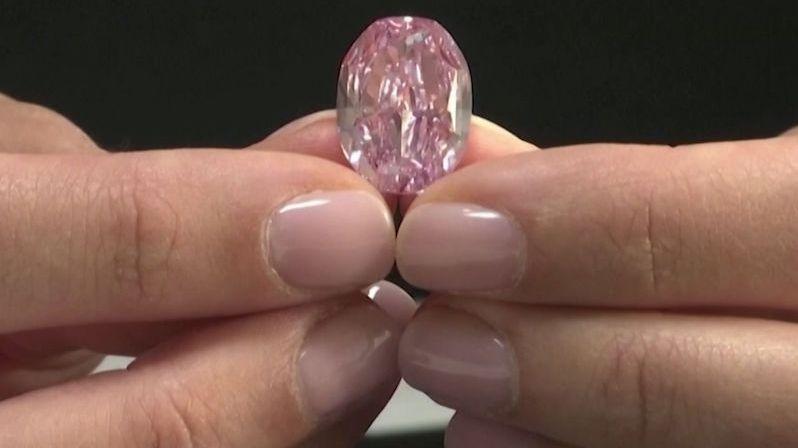 Vzácný růžový diamant se vydražil za 600 milionů