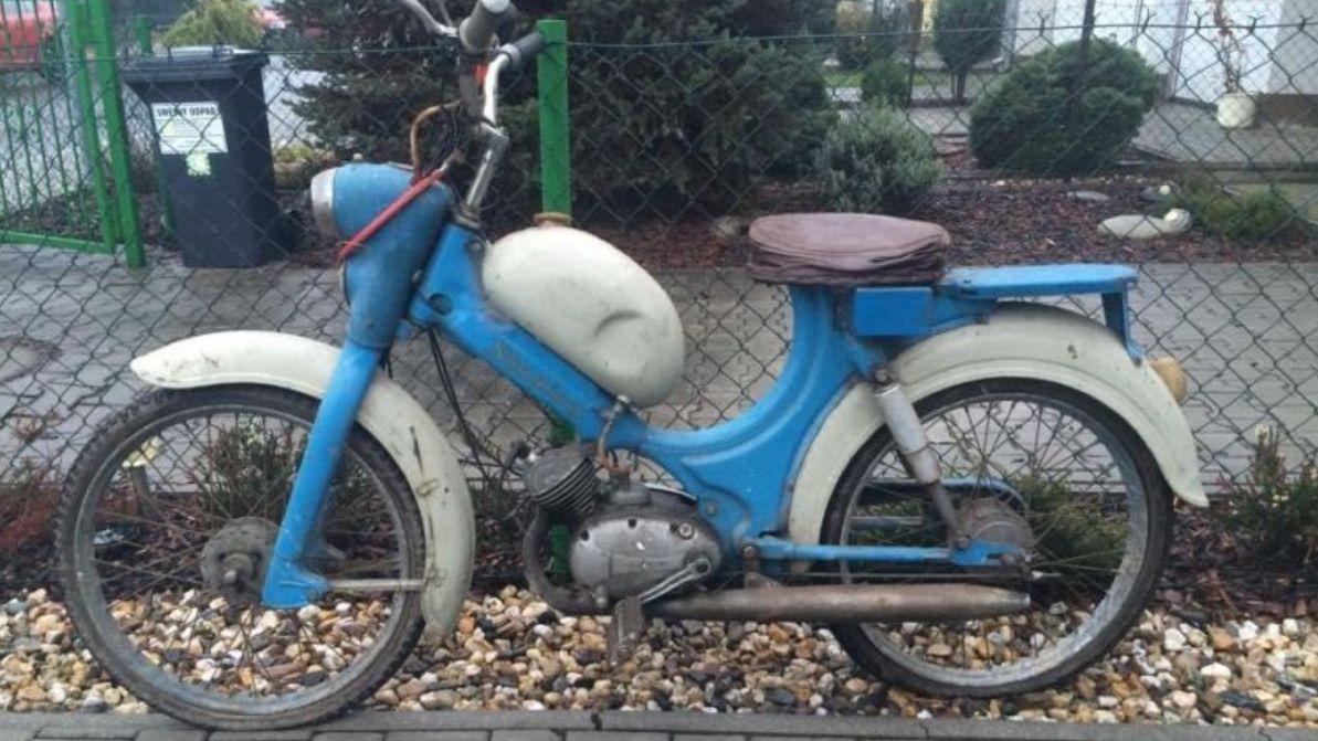 Policie hledá modrou jawu z roku 1960. Někdo ji ukradl z garáží v Praze