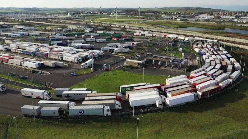 Blížící se tvrdý brexit ucpal přístav v Calais, kolony kamionů se táhnou několik kilometrů
