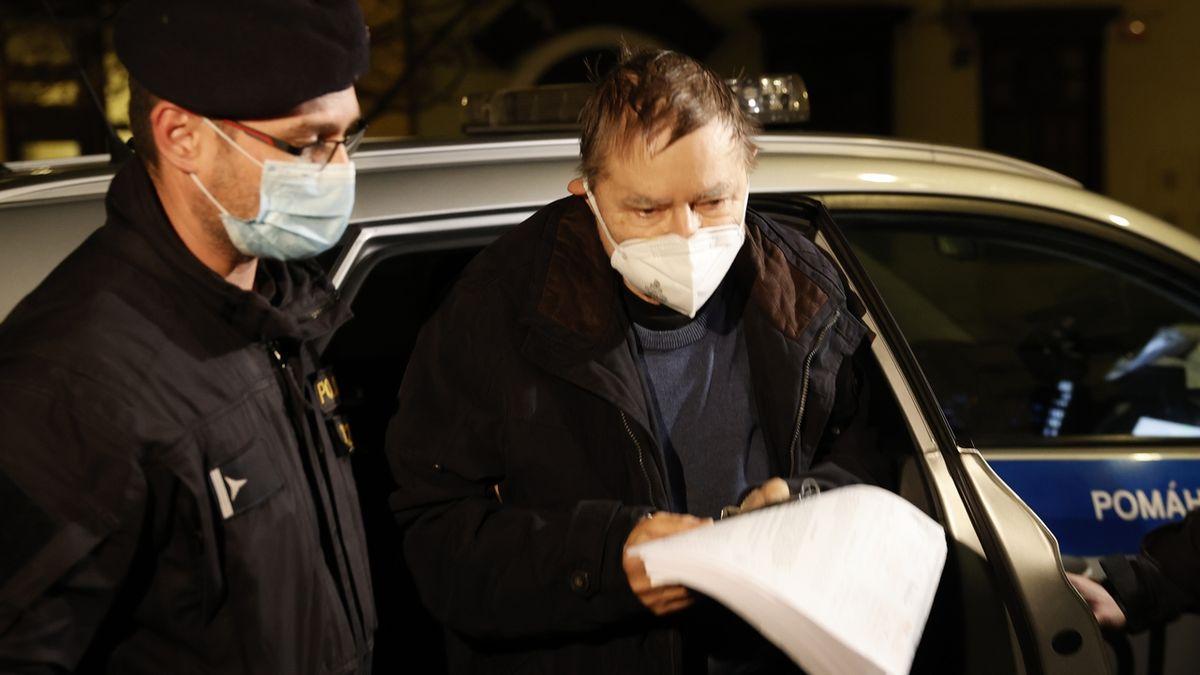 Soudce Sovák zůstává ve vazbě, dva obviněné soud propustil