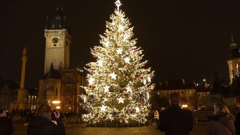 Praha tajně rozsvítila vánoční strom