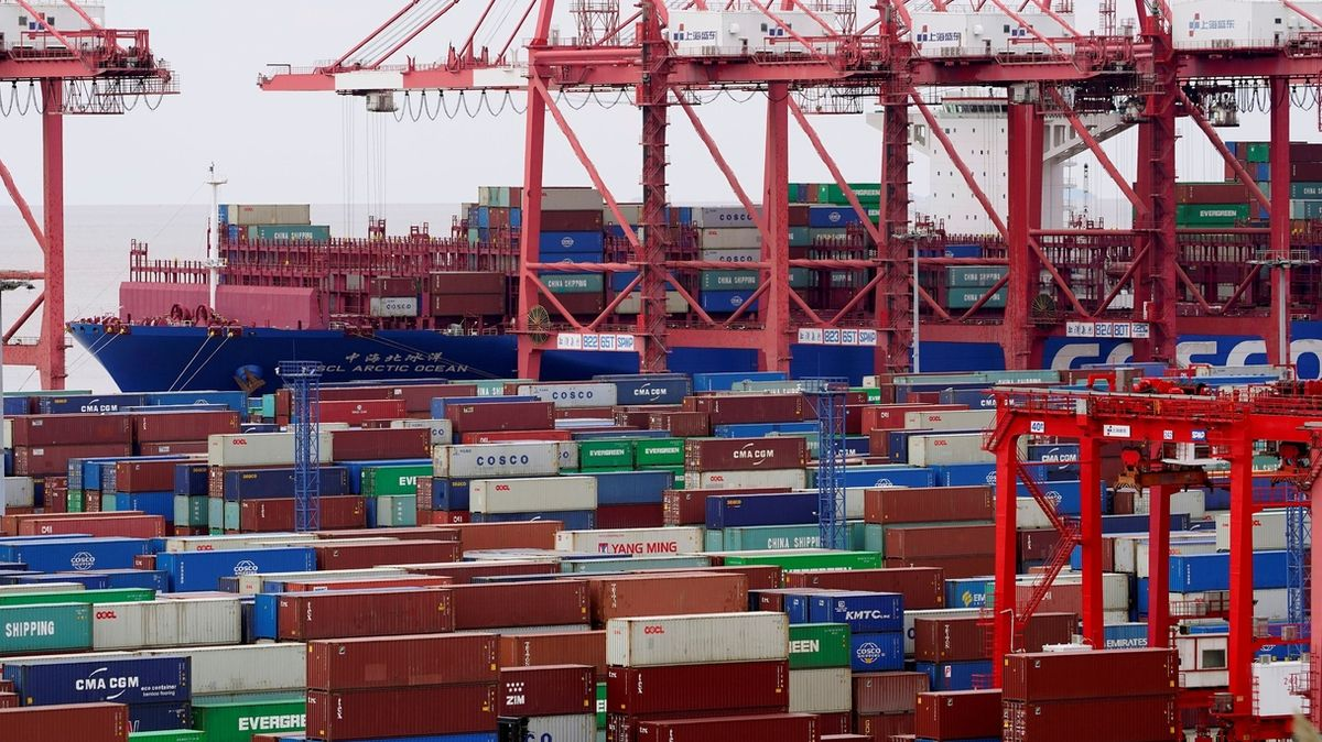 Zahraniční obchod v dubnu skončil v přebytku 19,3 miliardy korun