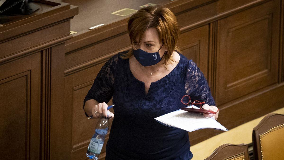 Ministryně financí Alena Schillerová na jednání Poslanecké sněmovny.