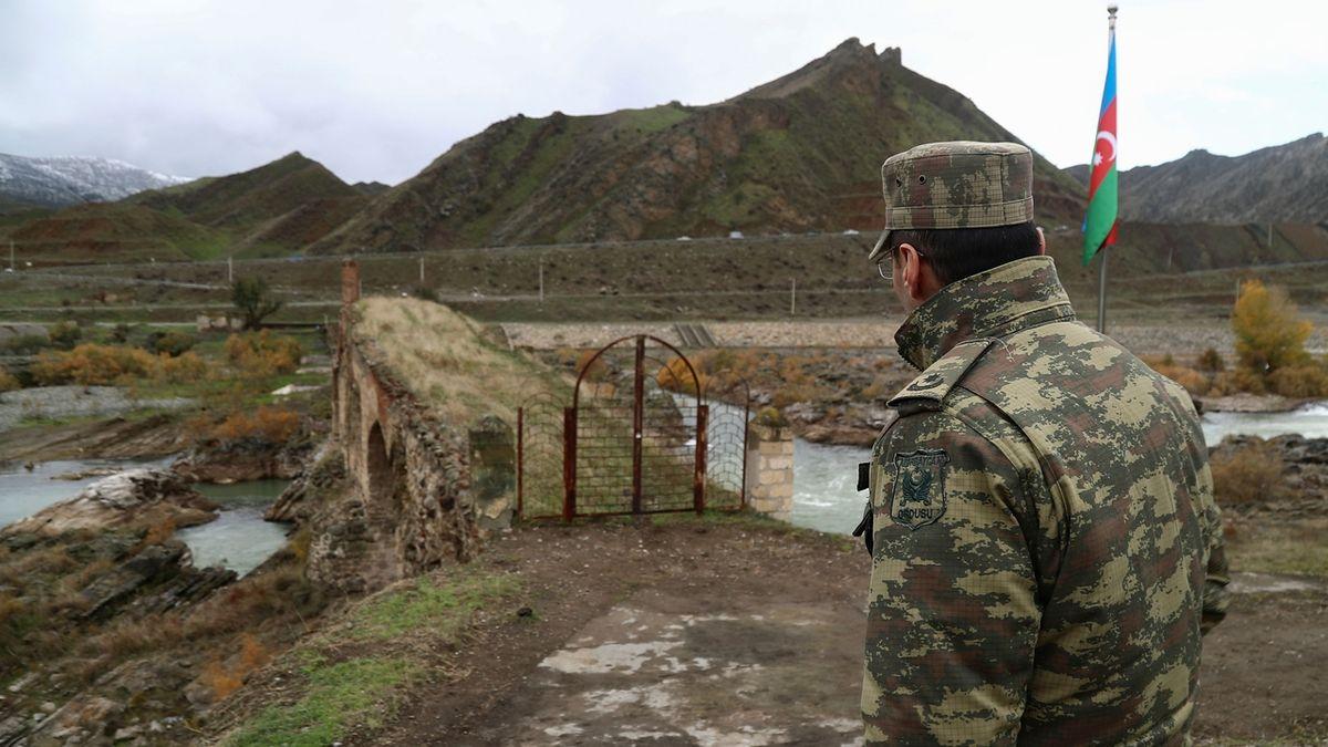 Ázerbájdžán měsíc po příměří zahájil ofenzivu v Náhorním Karabachu, tvrdí Arménie