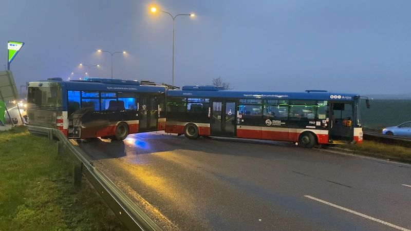 Výjezd z Prahy na D8 zablokoval autobus. Zůstal trčet přes tři pruhy