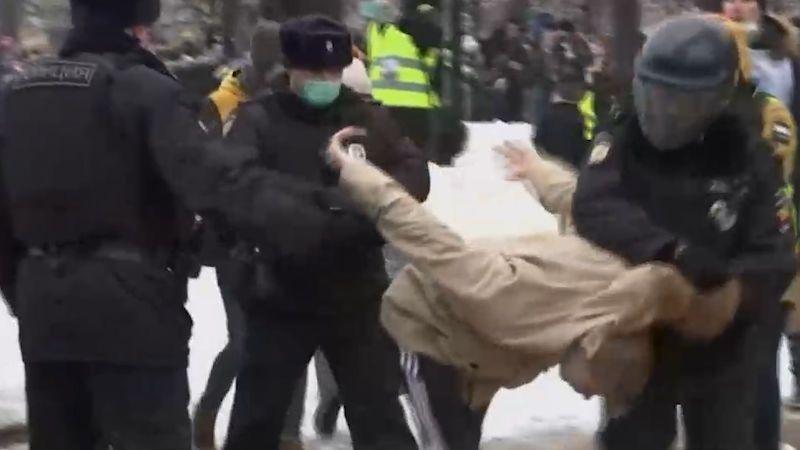V Rusku se demonstruje na podporu Navalného, policie zatkla už přes 1000 lidí