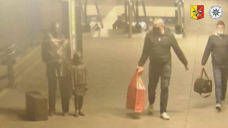 Další video k poničené soše Wintona. Policie hledá muže s červeným pytlem