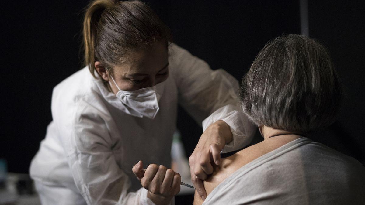 Druhou dávku vakcíny až po šesti týdnech, doporučuje francouzský úřad