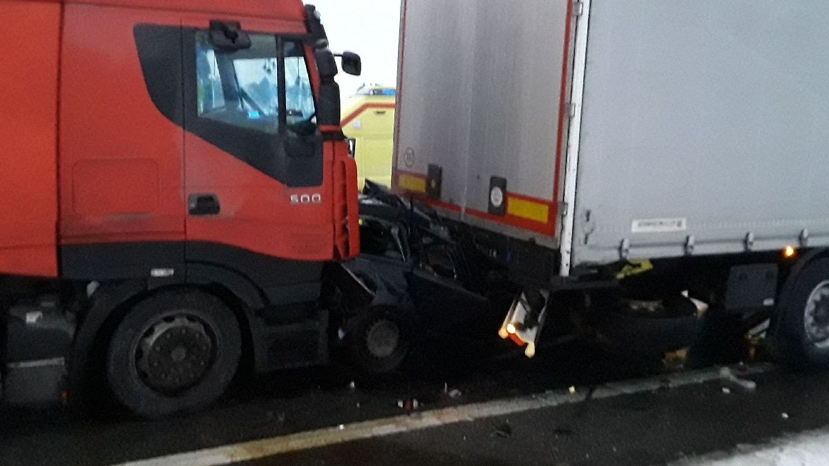 Osobák slisovaly dva náklaďáky, nezraněnou řidičku museli vyprostit