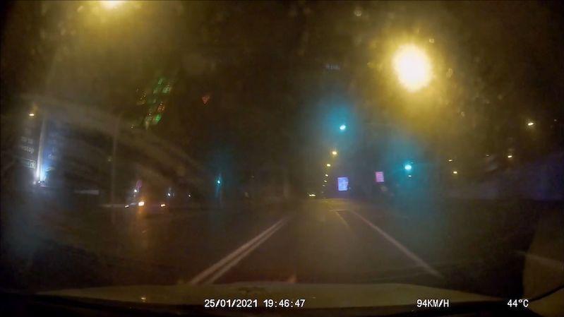 Šofér se zákazem řízení ujížděl policii v Ostravě v kradeném BMW