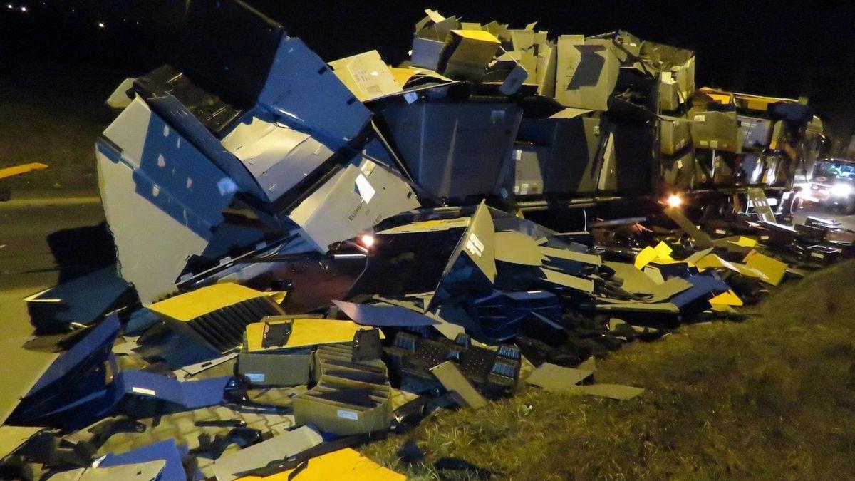 Nízký viadukt očesal kamion s autodíly, škoda je 20 milionů
