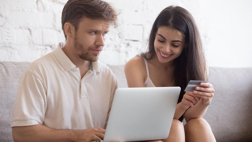 Průzkum: Češi před svými partnery své finance netají