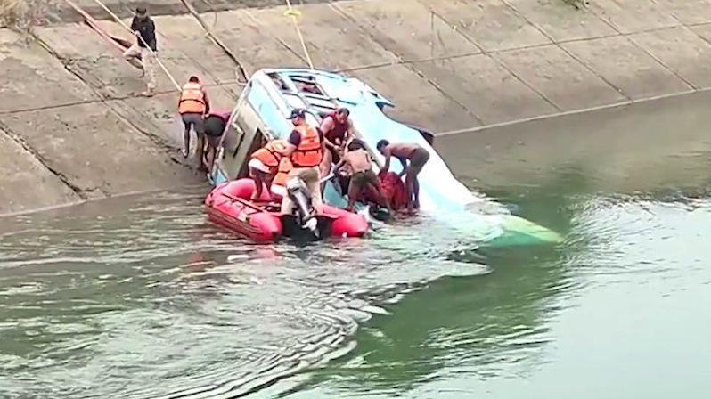 Autobus v Indii sjel do vodního kanálu. Nejméně 51 obětí