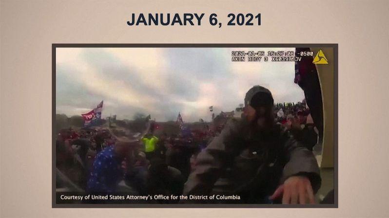Nové záběry z Kapitolu dokazují, že policista zachránil senátora před lynčem