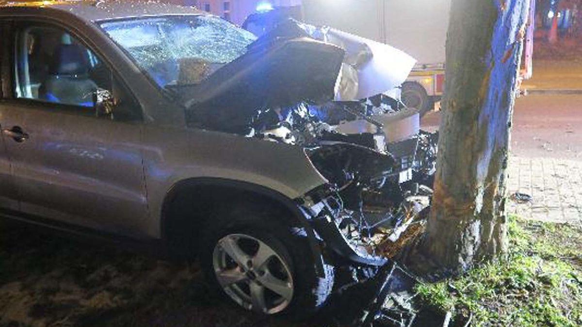 Řidič při předjíždění nezvládl auto a narazil do stromu. Na místě zemřel