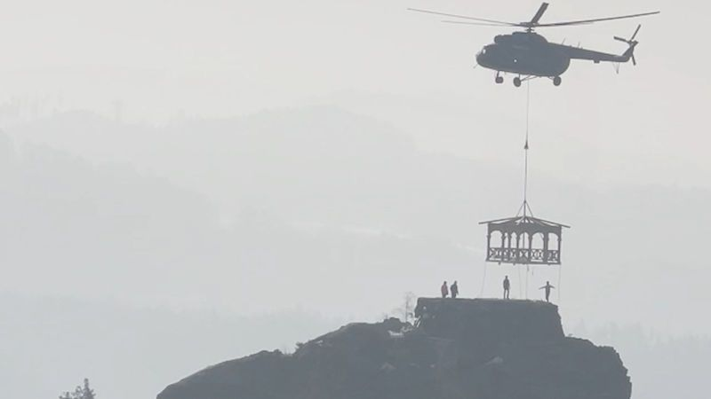 Mariinu skálu na Děčínsku zdobí nový altán, na místo ho dopravil vrtulník