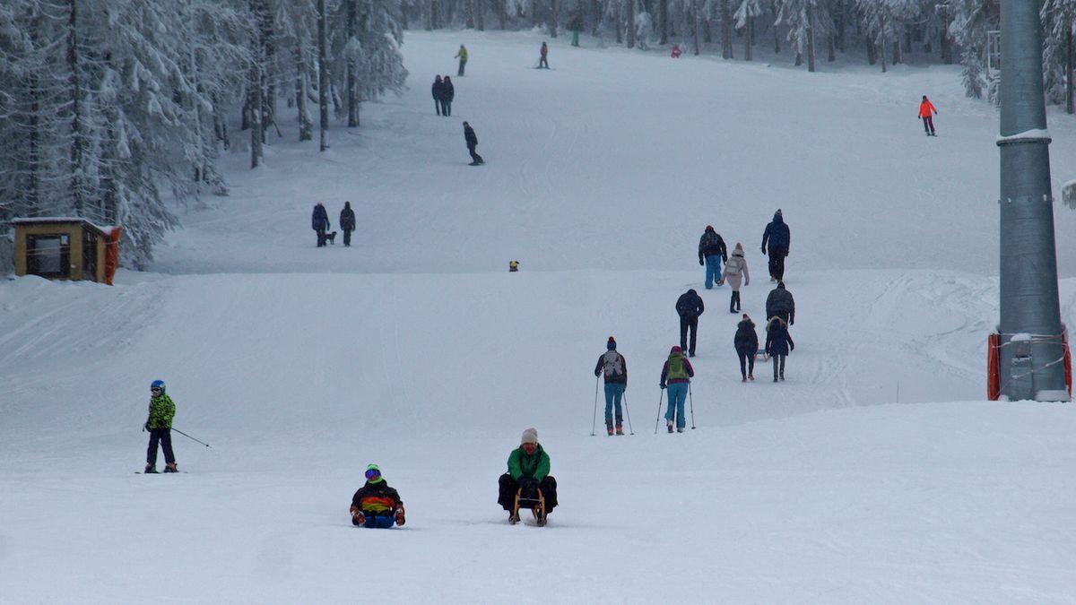 Pod Klínovec se nastěhovali Pražáci a chystají lyžovačku, zní v Božím Daru. Uzavřou silnici