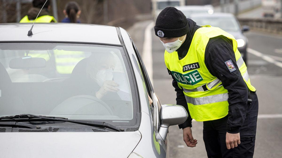 Policie v Plzeňském kraji rozdávala řidičům pokuty za nedodržování opatření
