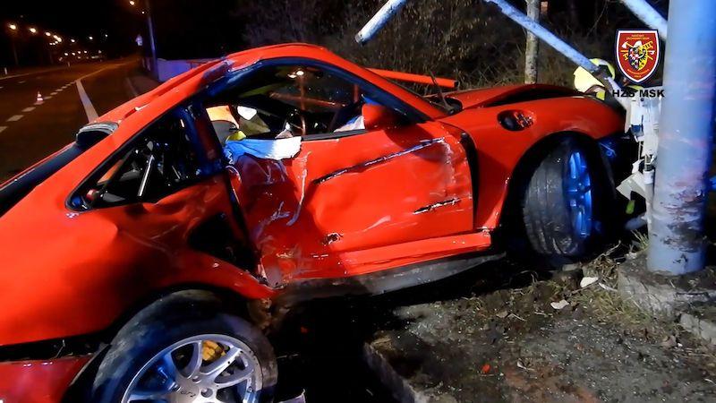 Řidič rozbil porsche o sloup