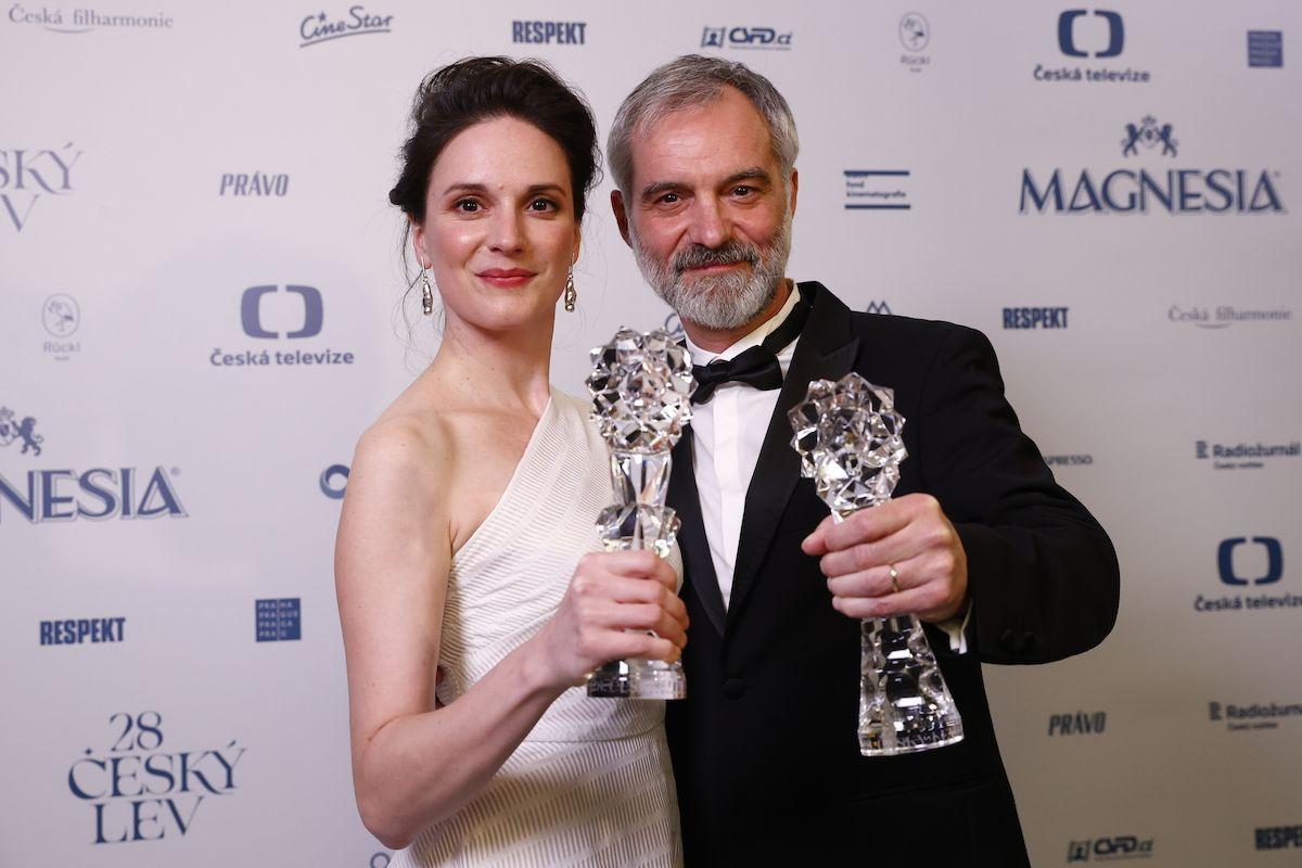 Magdaléna Borová získala svého prvního Českého lva, a to za výkon ve snímku Krajina ve stínu. Na fotografii s Ivanem Trojanem. Oba ceny získali za výkony v hlavních rolích.