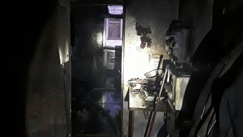 Požár bytu na Jesenicku: Muž v obavách vyskočil z okna, zranil se také hasič