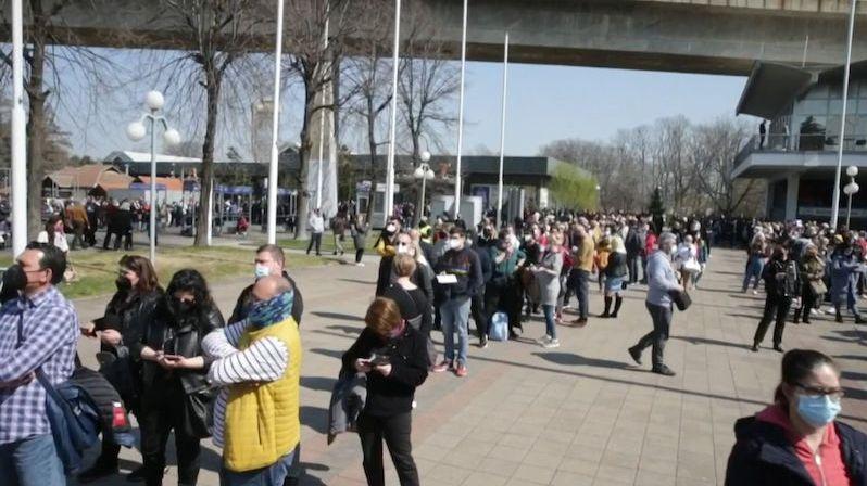 Desítky Čechů si dojely na očkování do Srbska