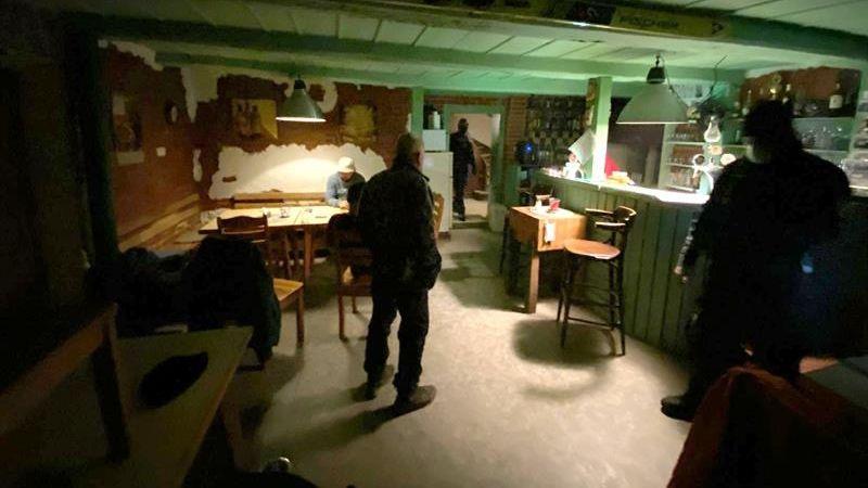 V Liberci našli otevřenou restauraci, uvnitř popíjelo 15 lidí