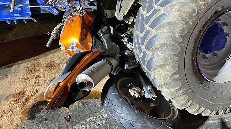 Motorkář na Plzeňsku narazil do traktoru s fekální cisternou, na místě zemřel