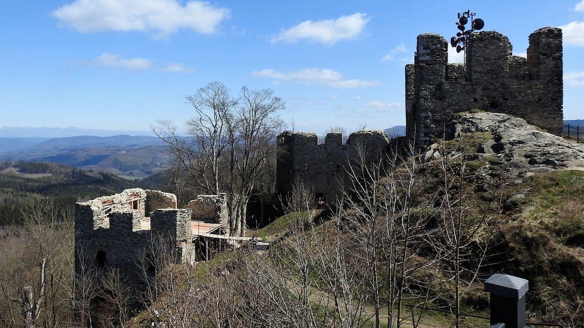 Ze zříceniny Andělské Hory k novodobým ruinám lázní Kyselka