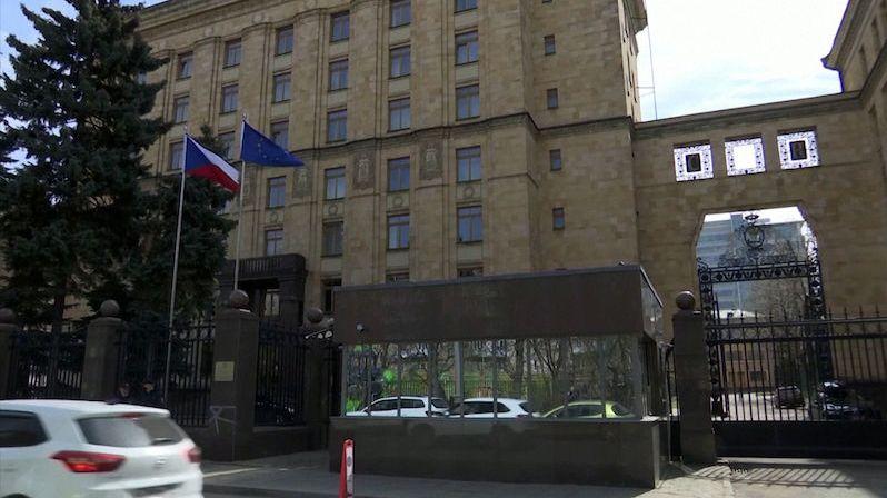 Česká ambasáda v Moskvě propustila 89 místních zaměstnanců
