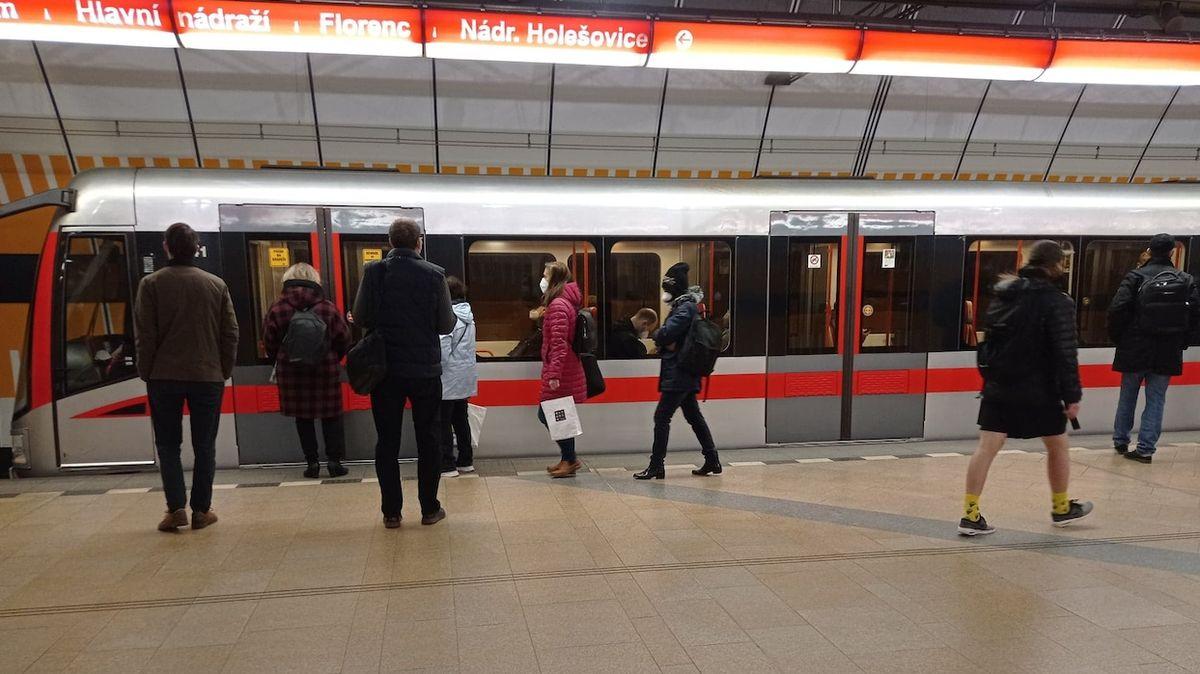 Poslední metro o půlnoci? Už ne, vzkazuje vedení Prahy