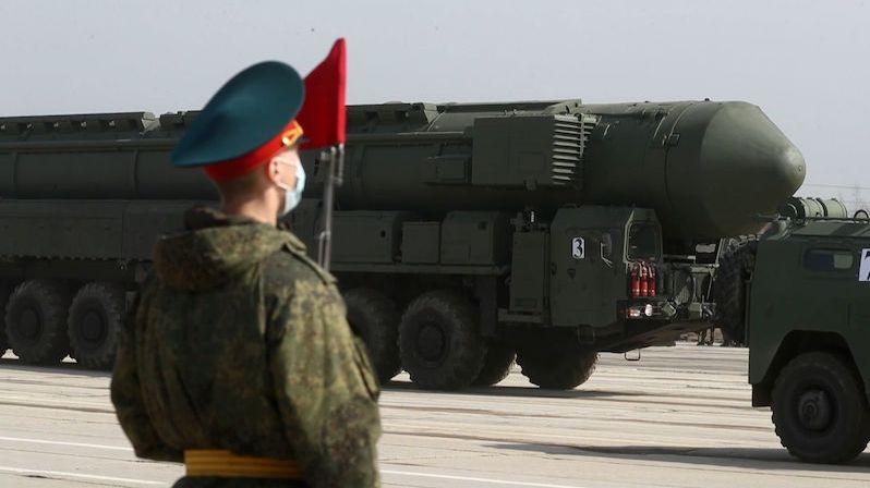 Umýt tanky a naleštit holínky. Rusové pilně cvičí na květnovou přehlídku