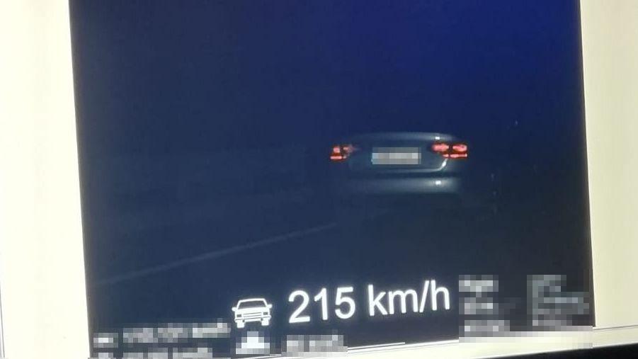 Devatenáctiletému řidiči naměřila policie rychlost 215 km/h