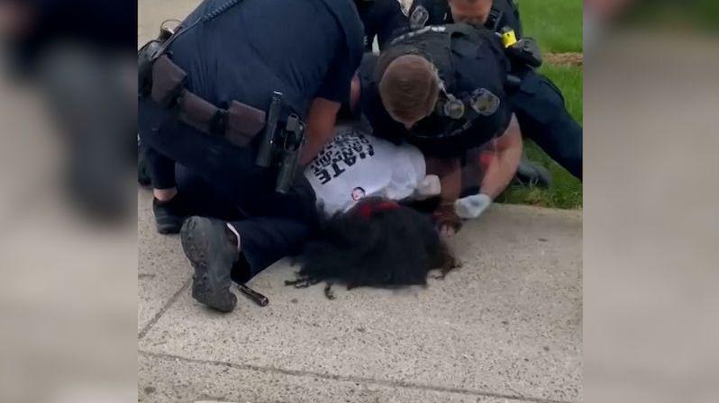 Policie v Louisville zatkla protestujícího černocha. Na zemi schytal rány pěstí do hlavy