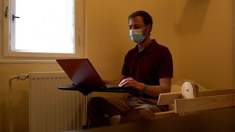 Minimalista z Brna žije v pokoji 2 x 2 metry. Prostor mu stačí na spaní, práci i jógu
