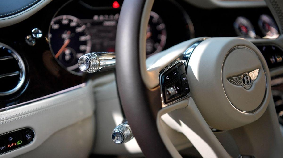 Britští policisté zabavili luxusní Bentley za miliony, potají mu protáhli pérka