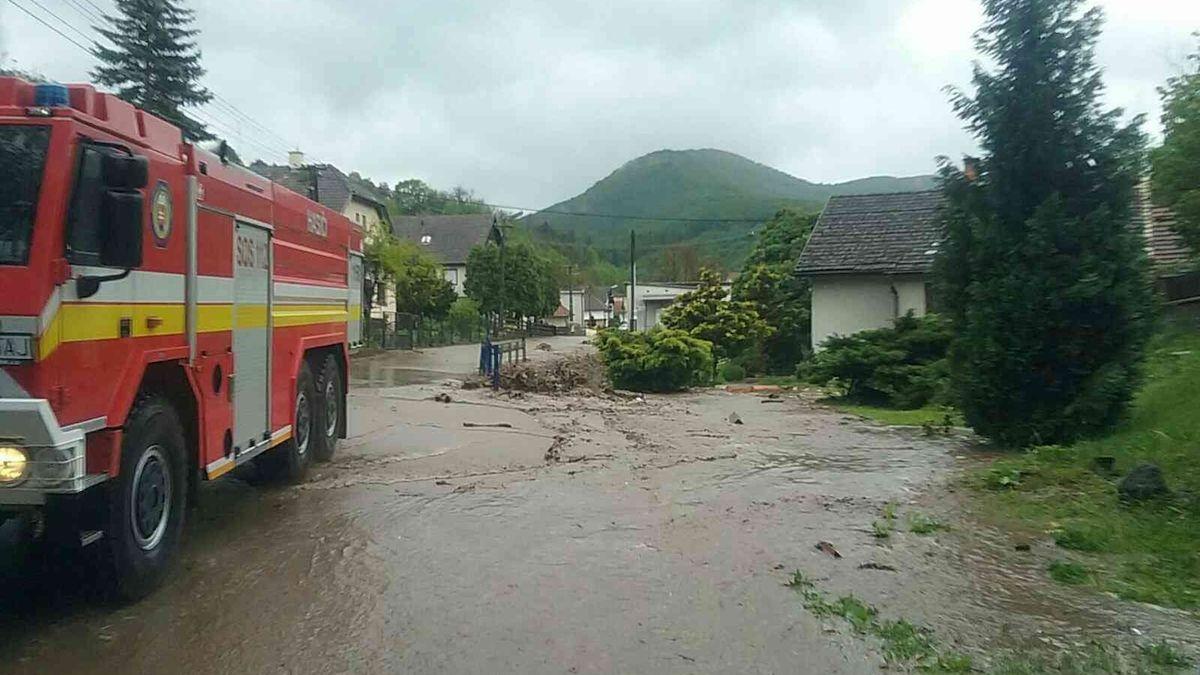 Na Slovensku se protrhla hráz a zaplavila obec, hlásí jednu oběť