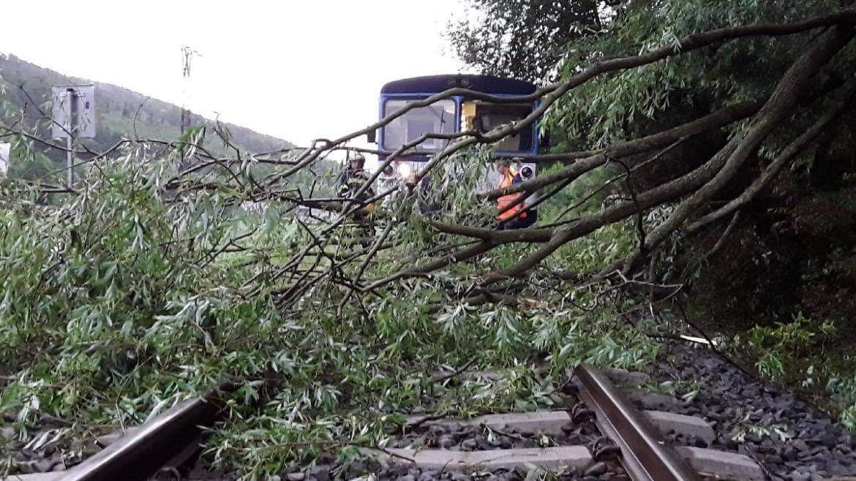 Na Moravě řádily bouřky, hasiči evakuovali vlak