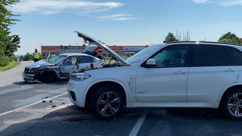 U Prahy se srazila dvě auta. Pro zraněného přiletěl vrtulník