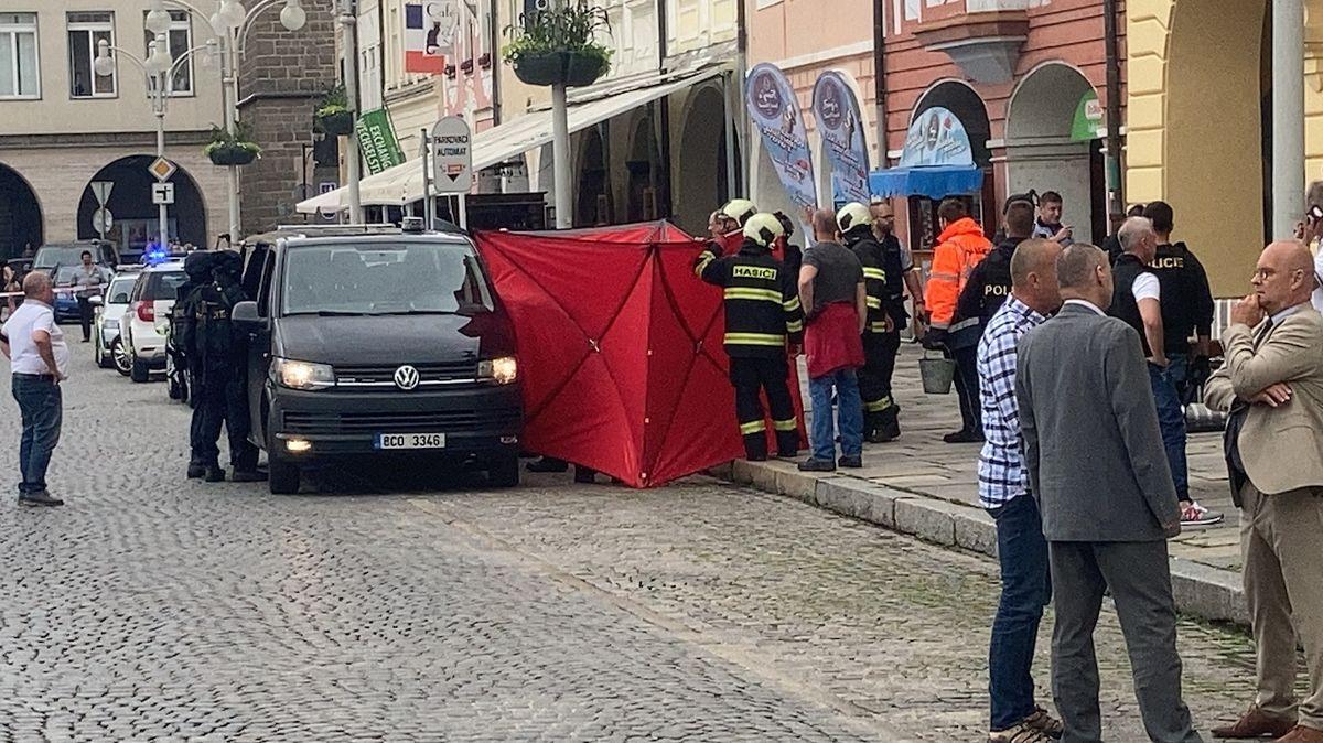 Muž, který držel v Českých Budějovicích rukojmí, zemřel