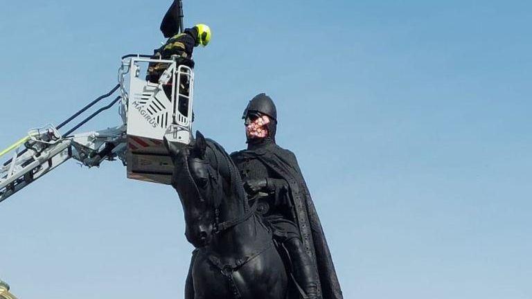Svatému Václavovi na Václavském náměstí v Praze někdo přelepil obličej