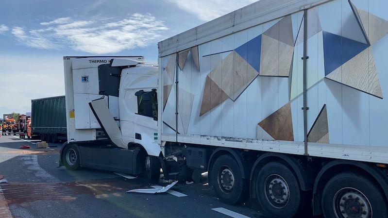 Hromadná nehoda na D5: řidič kamionu měl v kabině zapnutý hokej
