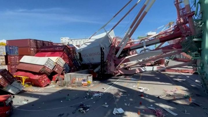 Na Tchaj-wanu se zřítily dva obří přístavní jeřáby, drtily lodní kontejnery