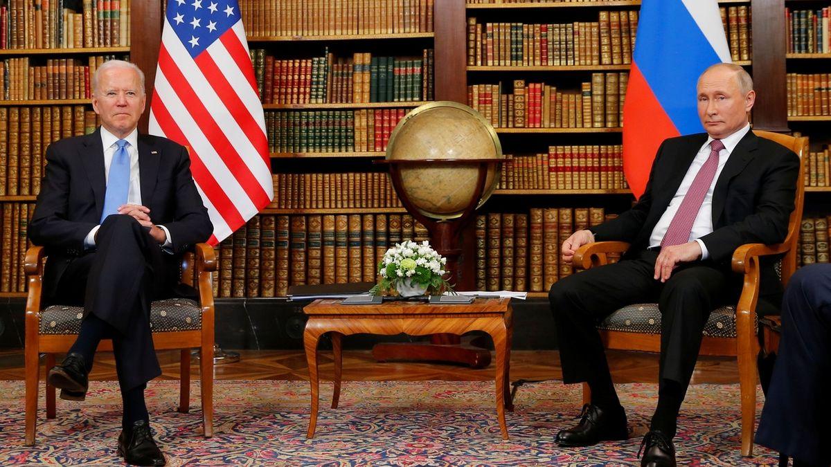 Putin od Bidena dostal bizona a brýle, daroval mu psací soupravu