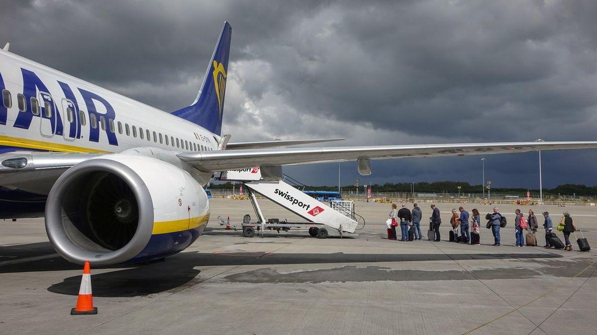 V letadle se do sebe pustily dvě ženy kvůli rouškám. Jednu z nich posádka vykázala