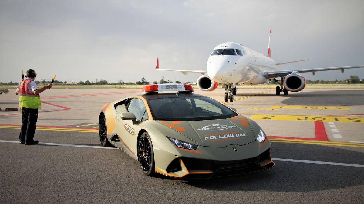 Letadla v Boloni navádí nové lamborghini