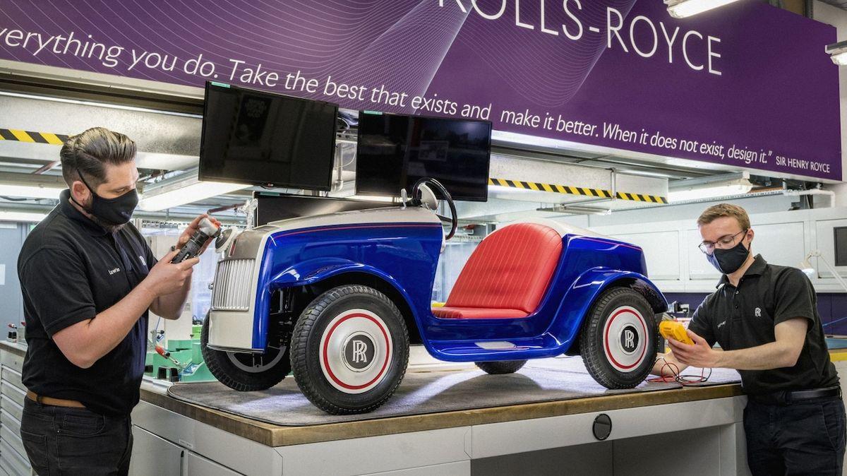 Unikátní dětský Rolls-Royce dostal servis po ujetí 100 tisíc metrů